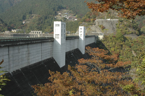 小河内ダムの秋