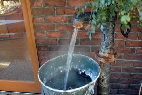 店先に流れている温泉水