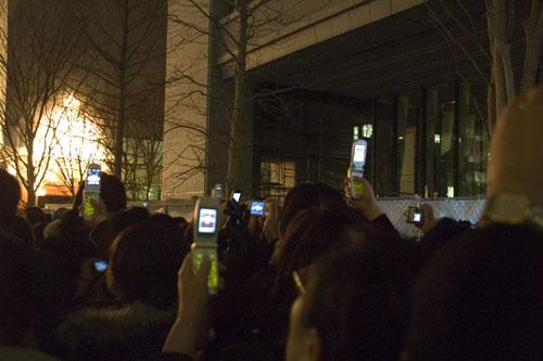 東京ミレナリオ:携帯をかまえる人たち