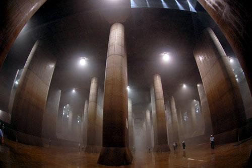 地下神殿のような巨大空間