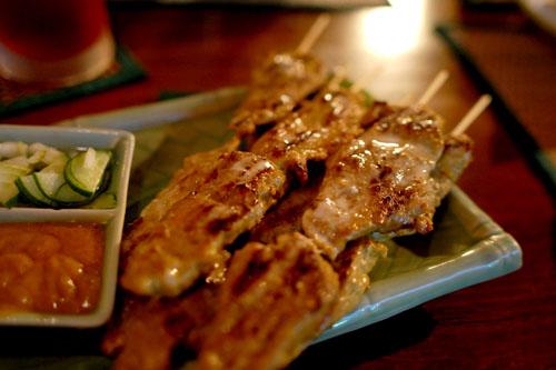 豚肉の串焼き:タイ料理特有の、不思議な味のタレ