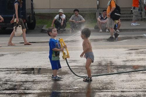 水遊びをする子どもたち