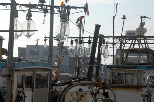 漁船には大きな電球が(おそらくイカ漁のため)