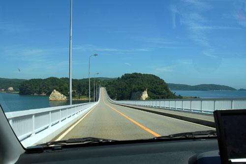 能登島大橋を通過