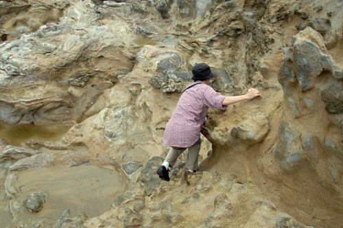 コースを外れ、岩のあいだを上り下りする