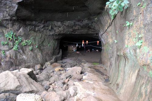 裸弁財天は洞窟の中にあるようだ