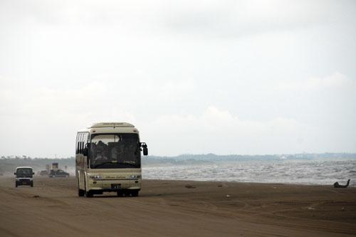 観光バスも走ってる