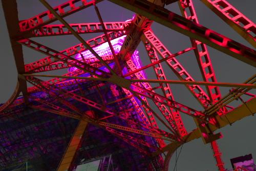 ピンクにライトアップされた東京タワー