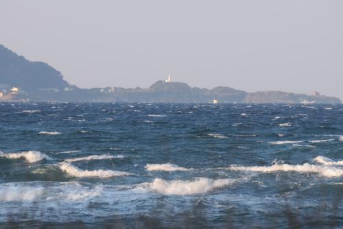 沖ノ島から見えた洲崎灯台