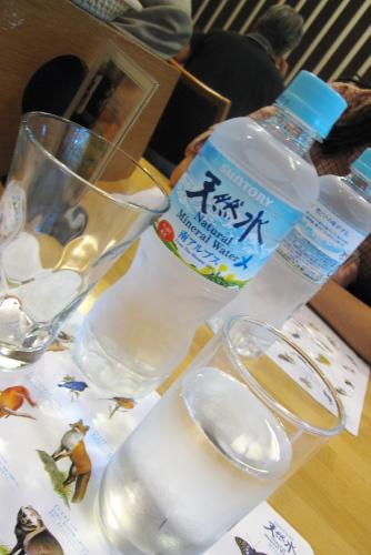 天然水の試飲