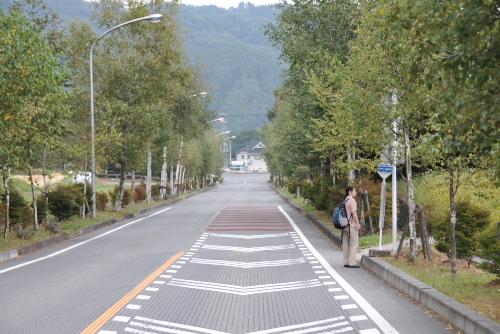 小渕沢駅行きのバスを待つ