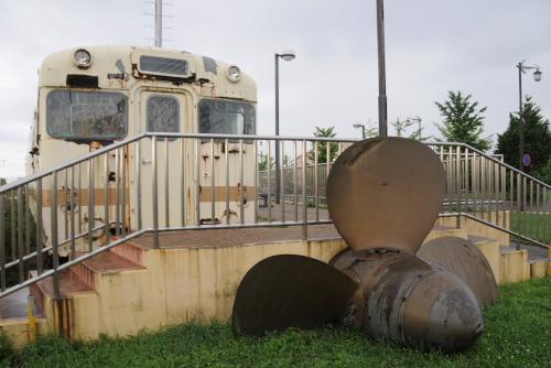 八甲田丸の前に展示されているボロボロの電車とスクリュー