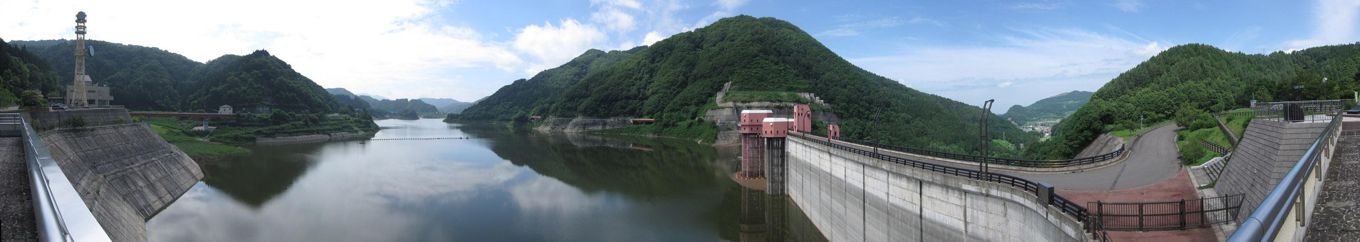 浅瀬石川ダムから臨む虹の湖