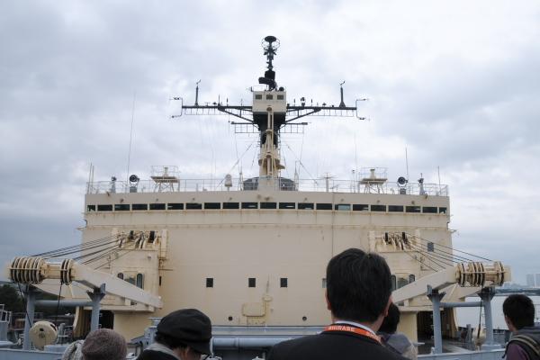 甲板からブリッジを見る