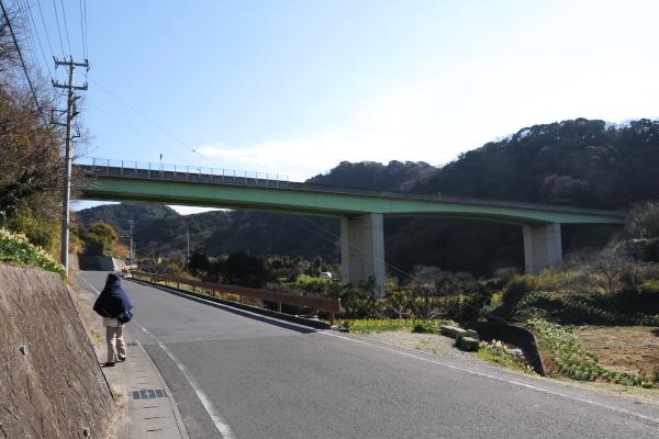 富津館山道路をくぐる