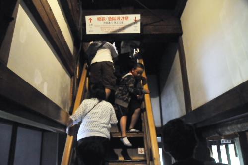 本当に急な階段