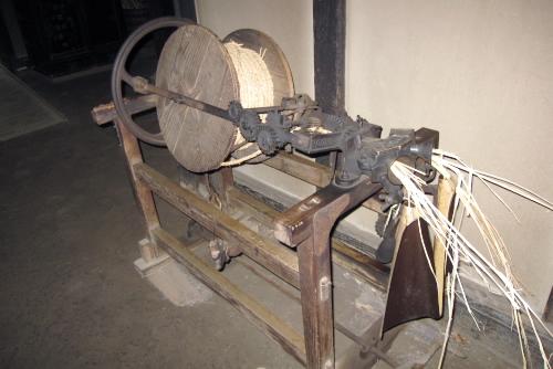 縄をよる機械