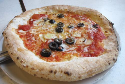 にんにく、オリーブ、トマトのピッツァ