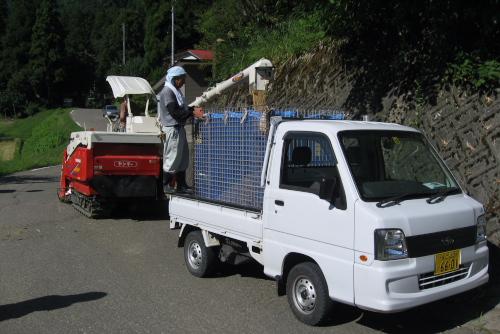 吉川:トラックでライスセンターへ