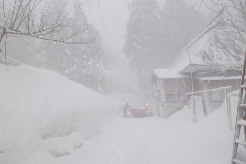 吉川:70代のおじいさんが黙々と除雪している