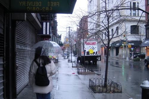 雨のニューヨークを歩く