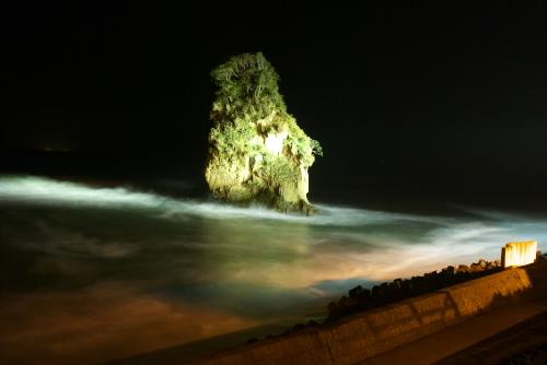 二つ島 / 闇夜に浮かぶ岩礁