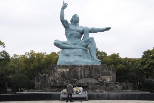 平和祈念像地区・願いのゾーン / 平和祈念像と対面する