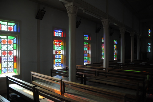 貝津カトリック教会 / ステンドグラスが美しい