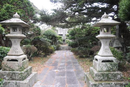 五島市立戸岐小学校と月川蘇七郎の墓