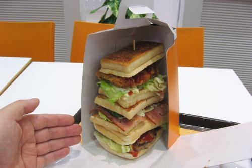 モンスターバーガー / 跳び箱型ハンバーガーで腹を満たす