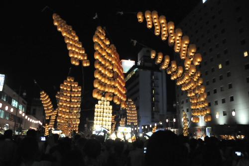 「ドッコイショッショ、ドッコイショ」の 秋田竿燈まつり