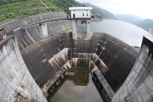 味噌川ダム / 大きな洪水吐