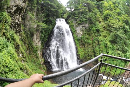 全身を振るわす番所大滝