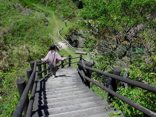 浦富海岸:入り江に下りる