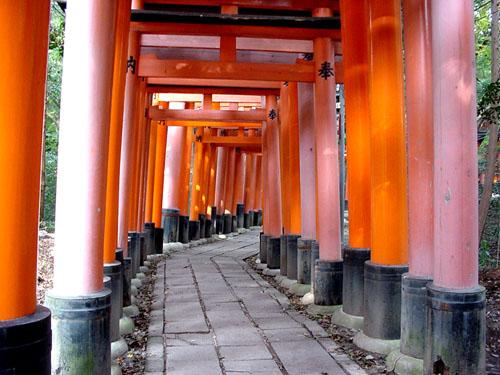 伏見稲荷:朱塗りのトンネル