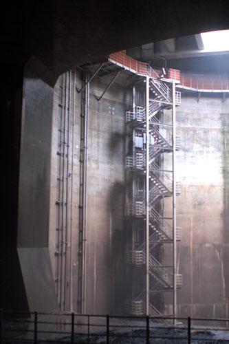 あの階段を下りて、トンネルを歩いてみたい