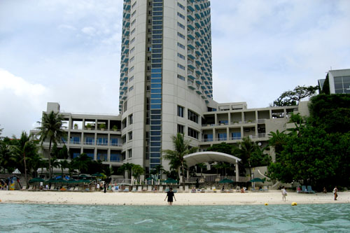 波打ち際ギリギリにホテルがある