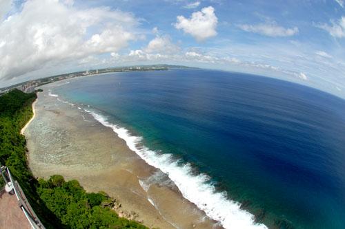 紺碧のタモン湾が一望できる