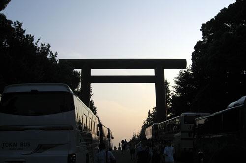 靖国神社に日が沈む