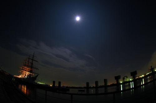 満月と海王丸パーク(右奥が橋梁工事中)