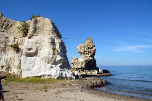 海岸線にそびえ立つ岩