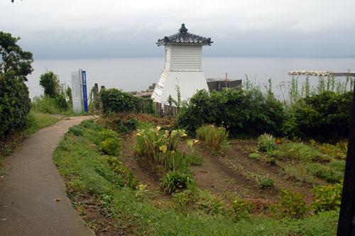 畑の裏に灯台があった