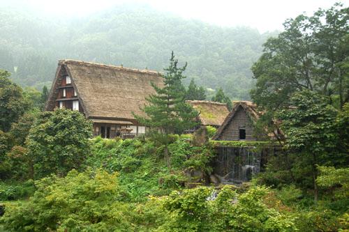 保存資料として息を吹き返した合掌造りの家屋たち