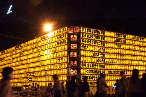 参道の大型献灯は壮観