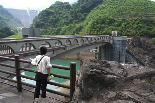 ダムの上に橋が架かっている