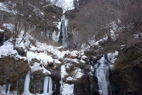 凍りついた船尾滝