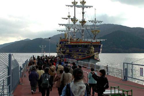 芦ノ湖・箱根海賊船 風を切って湖を渡る