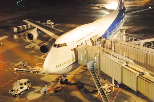 雨の夜の羽田空港