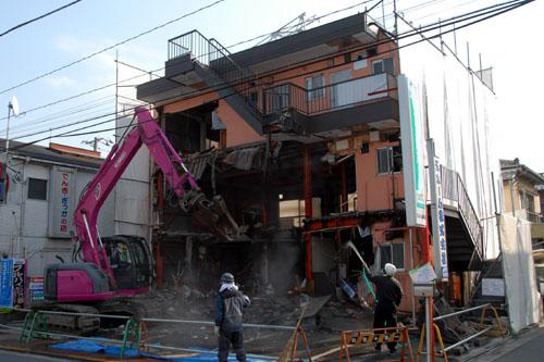 取り壊されるアパート