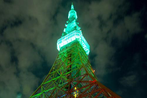緑にライトアップされた東京タワー